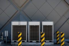 Rad av den kommersiella HVAC-luftkonditioneringsapparaten utanf?r kondensator royaltyfria bilder