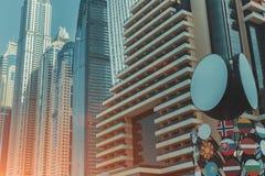 Rad av den moderna affären för blått och för kricka och bostads- skyskrapor Royaltyfri Bild