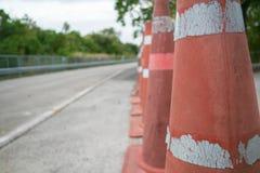 Rad av den orange trafikkotten Arkivfoto