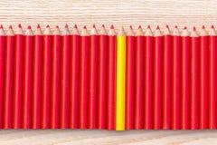 Rad av den röda och gula blyertspennan Royaltyfria Foton