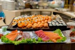 Rad av den traditionella japanska sushi och sasimien Royaltyfri Bild