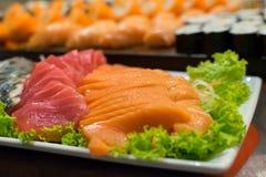 Rad av den traditionella japanska sushi och sasimien Fotografering för Bildbyråer