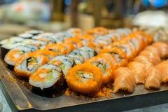 Rad av den traditionella japanska sushi och sasimien Royaltyfria Bilder