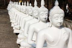 Rad av den vita Buddha i Thailand Arkivfoto