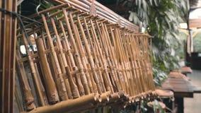 Rad av det traditionella bambuangklunginstrumentet stock video