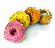 Rad av donuts på en vit bakgrund Royaltyfri Foto