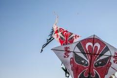 Rad av drakar för kinesiskt papper som flyger på klar blå himmel Royaltyfri Fotografi