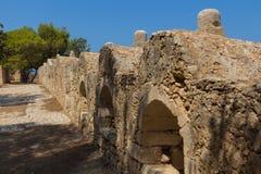 Rad av embrasures i Fortezza av Rethymno Royaltyfri Fotografi