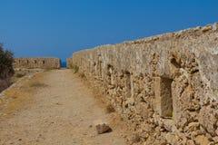 Rad av embrasures i Fortezza av Rethymno Royaltyfri Foto
