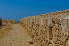 Rad av embrasures i Fortezza av Rethymno Arkivfoto