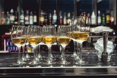 Rad av exponeringsglas för vitt vin stång i den dyra restaurangen Arkivbilder