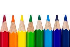 Rad av färgglade blyertspennor som isoleras över vit Royaltyfri Fotografi