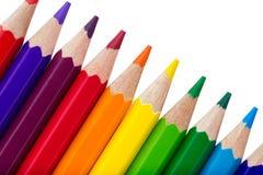 Rad av färgglade blyertspennor som isoleras över vit Fotografering för Bildbyråer