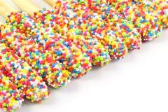 Rad av färgrika brödpinnar Arkivbild