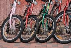 Rad av färgrika cyklar i gatan arkivfoto