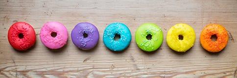 Rad av färgrika donuts Arkivfoto