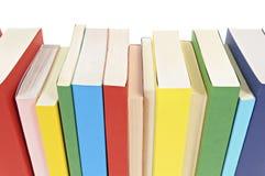 Rad av färgrika häftad bokböcker Arkivfoto