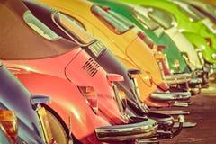 Rad av färgrika klassiska bilar Arkivfoton