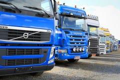 Rad av färgrika lastbiltraktorer Fotografering för Bildbyråer