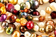 Rad av färgrika pärlor Arkivfoto