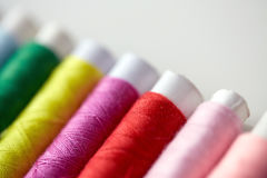 Rad av färgrika trådrullar på tabellen Royaltyfri Fotografi