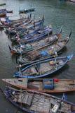 Rad av fartyg på stranden Royaltyfria Foton