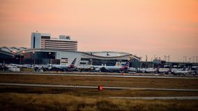 Rad av flygplan på en flygplatsterminal royaltyfria bilder