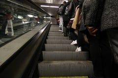 Rad av folk på mekanisk trappa av den Barcelona tunnelbanan Royaltyfri Bild