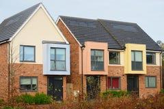 Rad av färgrika moderna UK-hus Arkivbilder