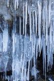 Rad av frostiga istappar i natur Arkivfoton