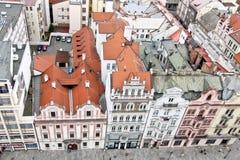 Rad av gamla byggnader, sikt från det St Bartholomew s domkyrkatornet, Plzen, Tjeckien fotografering för bildbyråer