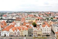 Rad av gamla byggnader, sikt från det St Bartholomew s domkyrkatornet, Plzen, Tjeckien arkivbilder
