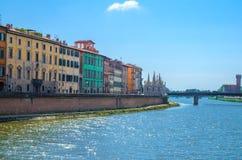 Rad av gamla färgrika byggnadshus på invallningpromenad av den Arno floden, Chiesa diSanta Maria della Spina kyrka, Ponte Solfer royaltyfri bild