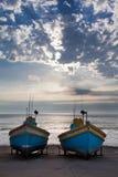 Rad av gamla fiskebåtar i liten hamn bredvid havet i t Royaltyfri Bild