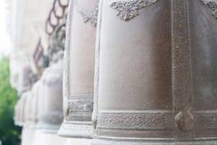 Rad av gamla klockor i buddistisk tempel Royaltyfria Bilder