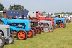 Rad av gamla traktorer på en show. Arkivfoto