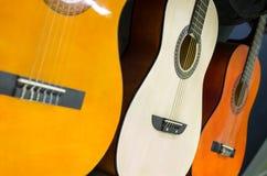 Rad av gitarrer i musikaliskt lager Royaltyfri Bild