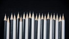 Rad av grafit vässat svartvitt royaltyfri bild