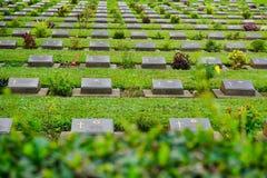 Rad av gravvalv, insidan av den Kanchanaburi krigkyrkogården Royaltyfria Bilder