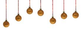 Rad av guld- julbollar som isoleras på vit bakgrund Royaltyfri Foto