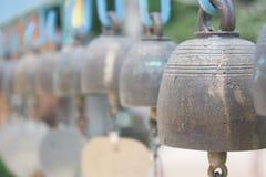 Rad av guld- klockor i buddistisk tempel Royaltyfria Foton