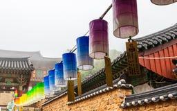 Rad av h?rliga pappers- lyktor Festivalen är en beröm födelsen av Buddha i templet Beomeosa, Busan, Sydkorea royaltyfri fotografi