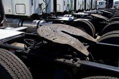 Rad av halva lastbilar som visar 5th hjulenheter Arkivbild