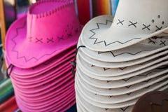 Rad av hattar som är till salu på skärm i en marknad Royaltyfria Foton