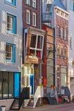 Rad av holländska moderna kanalhus i Amsterdam Arkivfoto