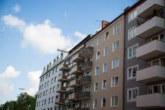 Rad av hus, hyreshusar, gammal byggnad i Munich, Schwabing Royaltyfria Foton