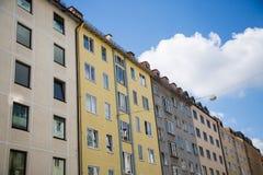 Rad av hus, hyreshusar, gammal byggnad i Munich, Schwabing Arkivfoton