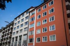 Rad av hus, hyreshusar, gammal byggnad i Munich, Schwabing Arkivfoto