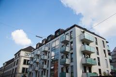 Rad av hus, hyreshusar, gammal byggnad i Munich, Schwabing Arkivbild