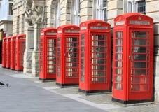 Rad av iconic röda telefonaskar i Blackpool Arkivbild
